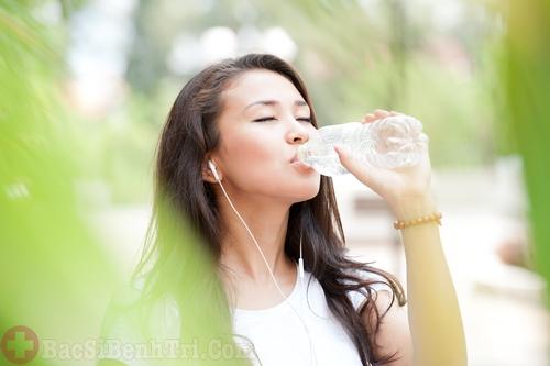 uống nhiều nước tốt cho người bệnh trĩ